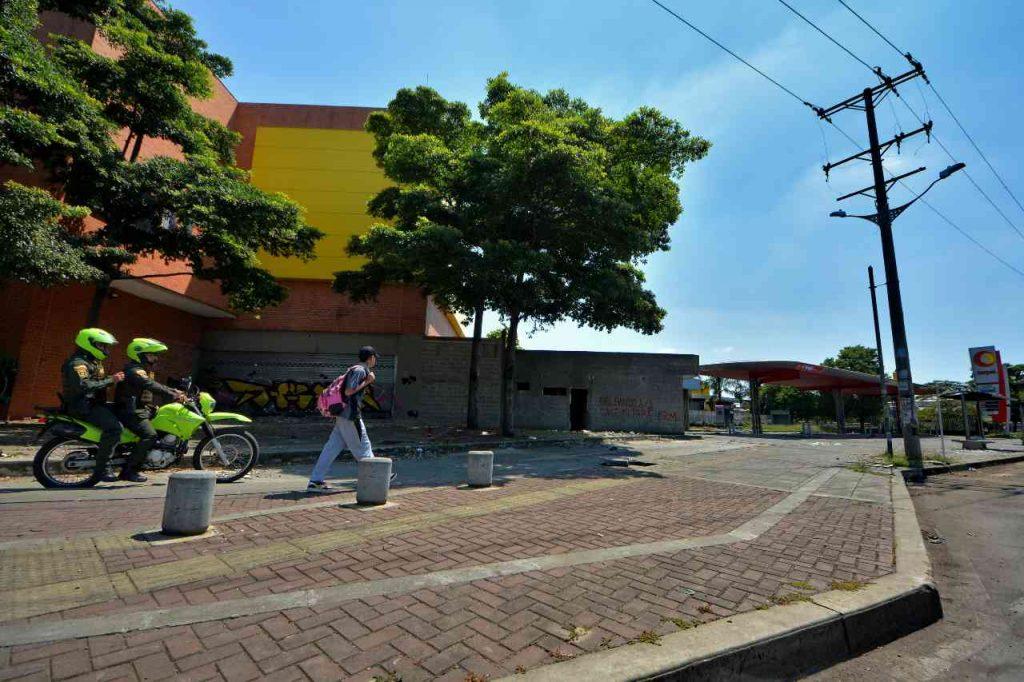 29 de junio. La Policía patrulla el Éxito sobre el andén de la autopista Simón Bolívar. Foto: Jorge Orozco.